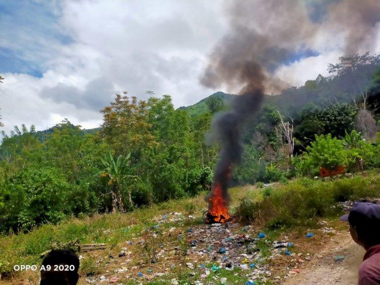 Berhasil Kabur, Motor Milik Penjambret Dibakar Warga di Kerinci
