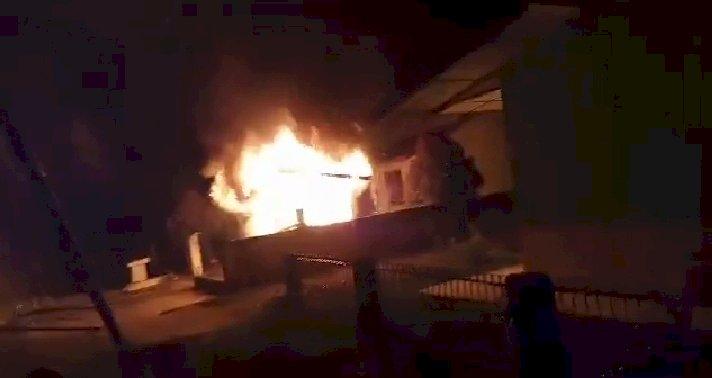 BREAKING NEWS!! Diduga Pembagian BLT Tidak Tepat Sasaran, Posko Covid-19 Desa Airbatu Merangin-Jambi Dibakar Warga