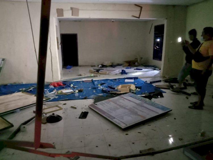 Aksi Massa Selain Bakar Posko Covid-19, Juga Hancurkan Kantor Desa