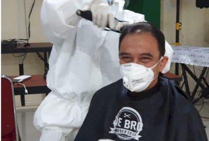 Dokter IDI Makassar Gelar Cukur dengan Protokol COVID-19