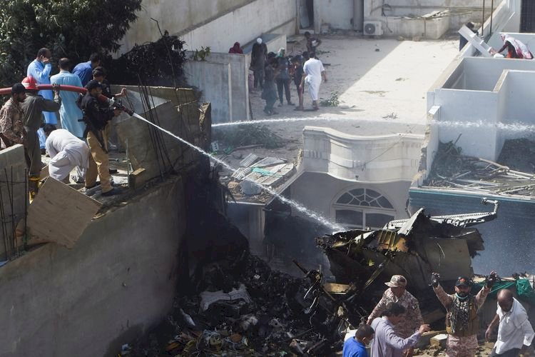 Pesawat Airbus Jatuh di Pakistan, Bawa Penumpang Lebih 100 Orang