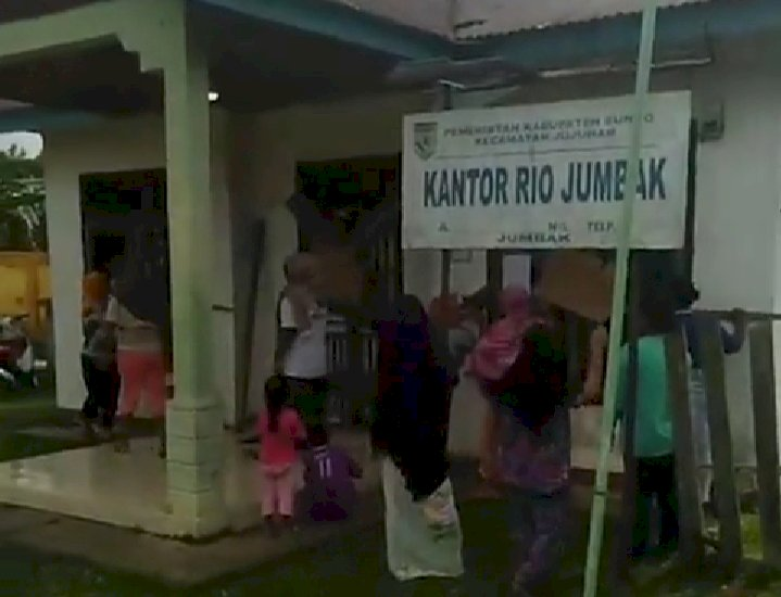 Jelang Lebaran, Emak-emak Desa Jumbak Bungo-Jambi Segel Kantor Desa, Diduga Terkait BLT Desa