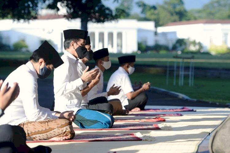 Bareng Iriana dan Kaesang Pangarep, Jokowi Shalat Id Fitri di Halaman Istana Bogor