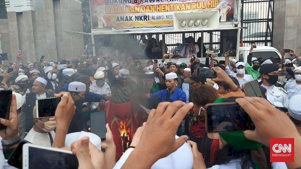 DPR Sebut Aparat Miliki Bukti Siapa Pembakar Bendera PDIP