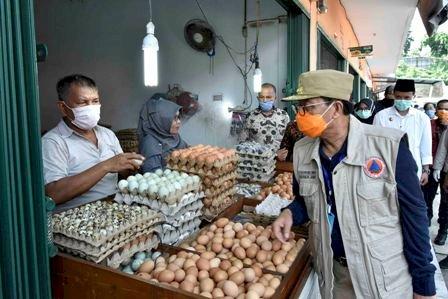 Gubernur Tinjau Ketersediaan Bahan Pokok di Pasar Angsoduo