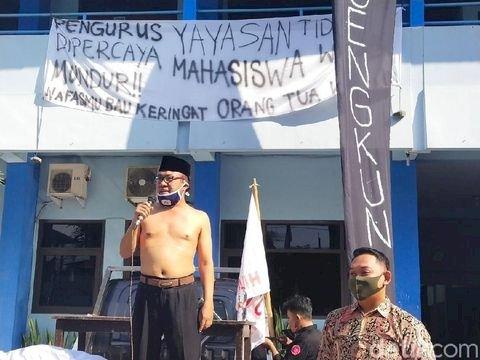 Massa Demo di Kampus Universitas Islam Batik Solo, Rektor Buka Baju: Saya Mundur dari Kampus