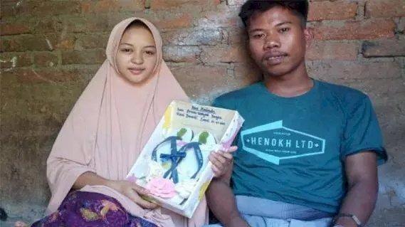 Bikin Iri! Modal Mahar Sandal Jepit, Pemuda Ini Nikahi Wanita Sangat Cantik