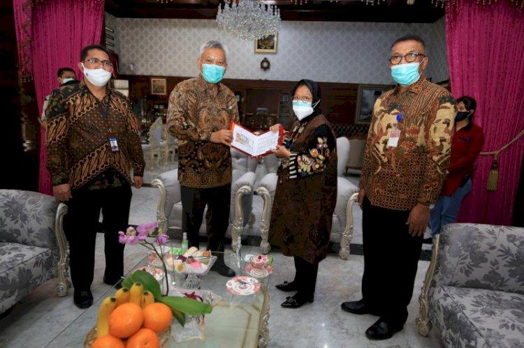 Wali Kota Surabaya Risma Terima Uang Baru Pecahan Rp75 Ribu dari BI: Uang Ini Kami Jadikan Koleksi