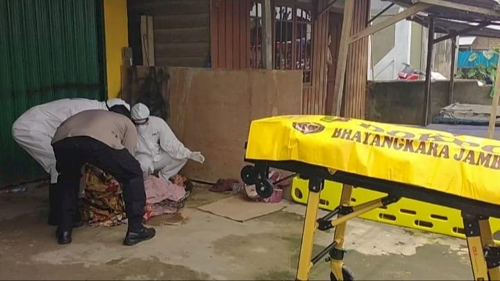 Pria Tanpa Identitas Ditemukan Tewas di Depan Gedung UNJA Kualatungkal, Petugas Evakuasi Gunakan APD