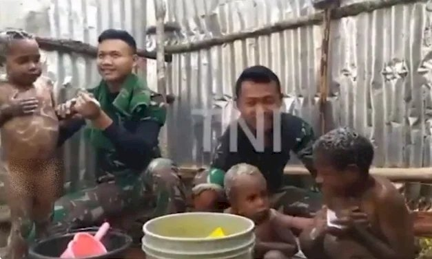 Viral Prajurit Mandikan Anak-Anak Papua, Netizen: TNI Selalu Dihati Rakyat