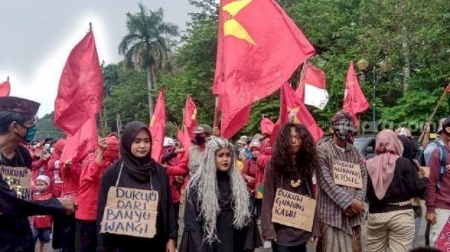 RIP Hati Nurani DPR! 'Dukun' Hingga 'Mak Lampir' Ikut Demo Istana Negara