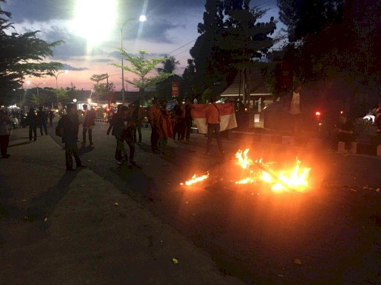 Bentrok Polisi & Massa Aksi Penolakan UU Cipta Kerja di Jambi Tak Terelakkan, Motor Dinas Polisi Dibakar