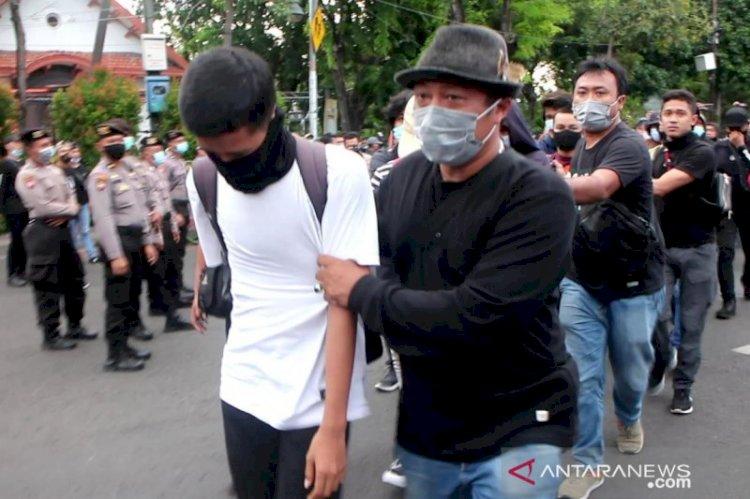 Polrestabes Surabaya Periksa Lanjut Pemuda Diamankan Saat Demo