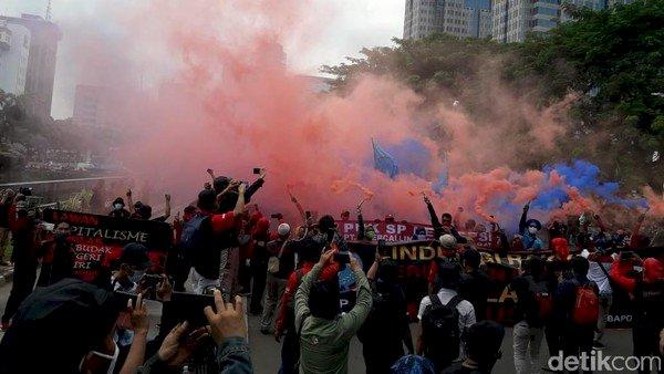 Hari Sumpah Pemuda! Aksi Buruh Tolak Omnibus Law, Bacakan Sumpah & Lempar Smoke Bomb