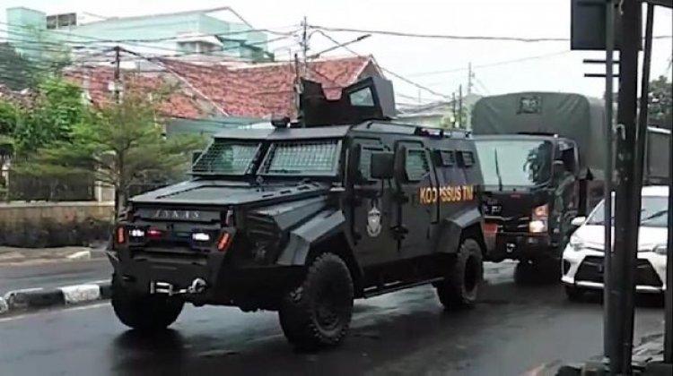 "Viral Video Mobil Taktis 'Maung' Koopssus TNI ""Unjuk Kekuatan"" di Depan Mabes FPI"