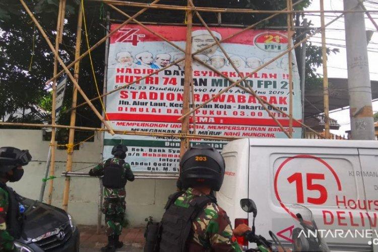 Kerahkan 300 Personel Polres Jakbar Kawal Pencopotan Spanduk Rizieq