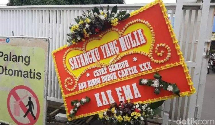 Geger! Karangan Bunga dari 'KAK EMA' untuk Rizieq di RS UMMI: 'Sayangku yang Mulia Cepat Sembuh'