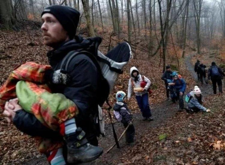 Putus Asa Gara-gara Covid-19, Ribuan Warga Hungaria Naik ke National Blue Trail