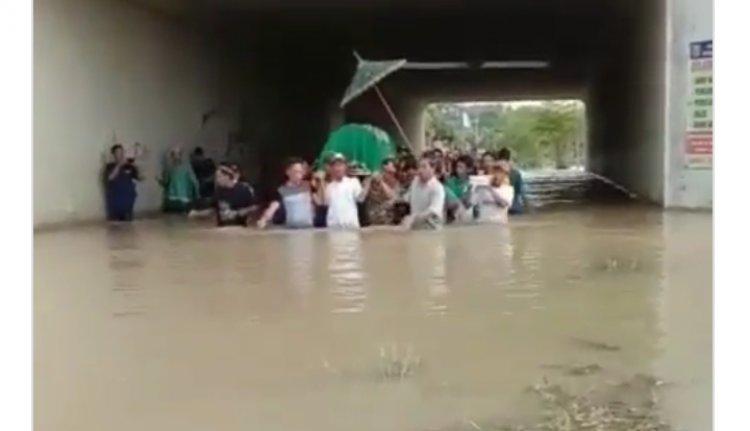 Demi Makamkan Jenazah Warga Terjang Banjir, Netizen: Semoga Dilimpahkan Pahala dan Rezekinya Pak!
