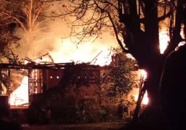 Ditinggal ke Luar Kota, Rumah di Pintu Masuk Wisata Danau Tangkas Muarojambi Hangus Terbakar