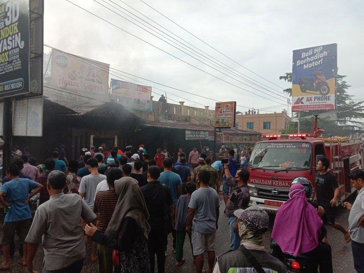 Breaking News!!! Api Hanguskan 2 Ruko di Depan Kantor Bupati Merangin