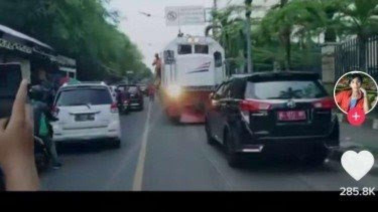Viral Mobil Halangi Kereta Api, Netizen: Suruh Mundur Keretanya Woy, Mobil Pejabat Mau Lewat!