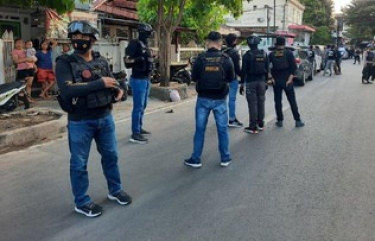 Heboh! Densus 88 Geledah Eks Markas FPI di Makassar, Warga: Tidak Tahu, Tiba-tiba Banyak Polisi di Sini