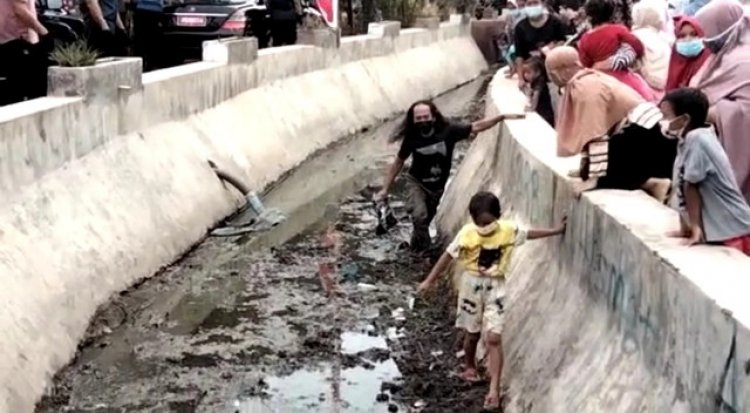 Duh! Warga Cirebon Lompat ke Saluran Air Demi Bingkisan Presiden Jokowi