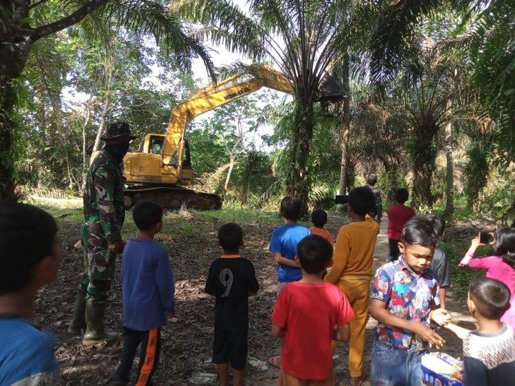 Satgas TMMD di Tebo Berikan Kisah Dongeng ke Anak-anak yang lagi Nonton Pekerjaan Alat Berat
