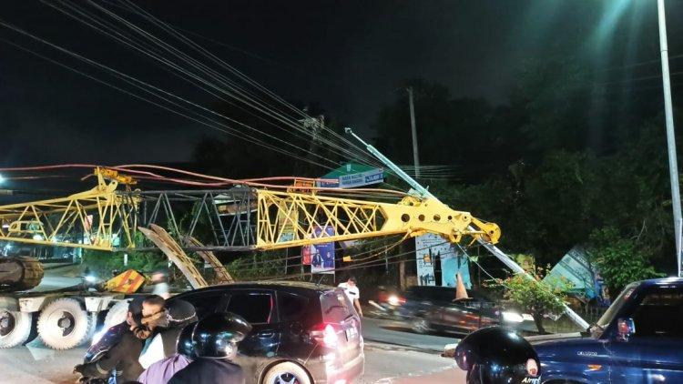 Truk Muatan Crane Tabrak Tiang CCTV Lampu Merah, Lalu Lintas Macet Panjang