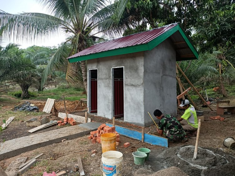 Pembangunan MCK, Satgas TMMD Tebo-Jambi: Pengecoran Lantai dan Didukung Warga