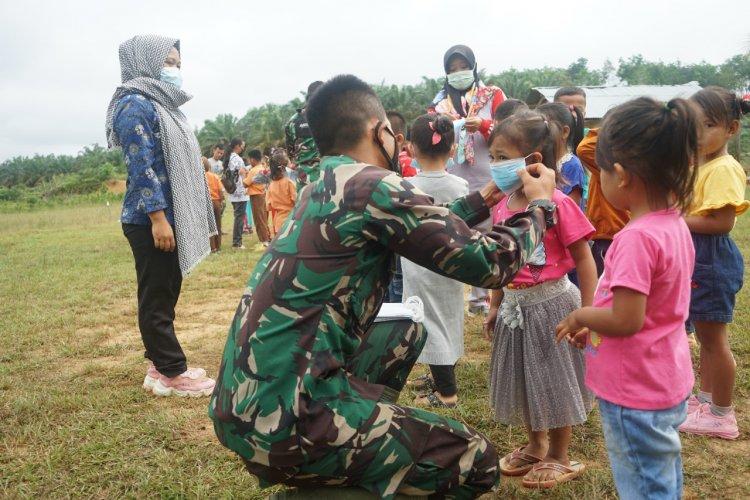 Edukasi Sejak Dini, Satgas TMMD Tebo-Jambi Pasangkan Masker ke Siswa SD dan PAUD