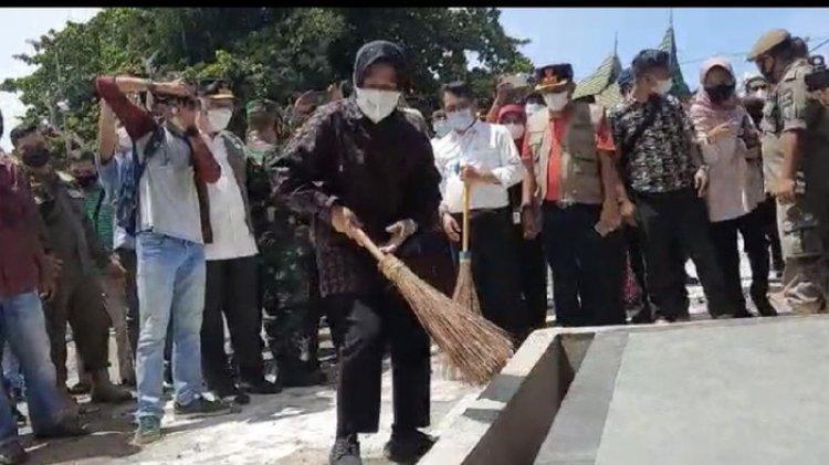 Aksi Risma Nyapu Halaman Makam Syekh Burhanuddin Ulakan di Sumbar Viral, Tapi Pejabatnya Hanya Menonton Saja