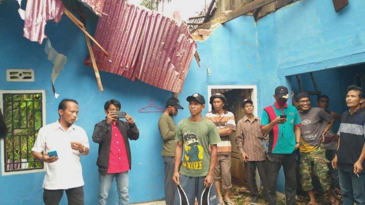 Diterpa Angin Kencang, Rumah Warga di Sekernan Hancur Tertimpa Pohon