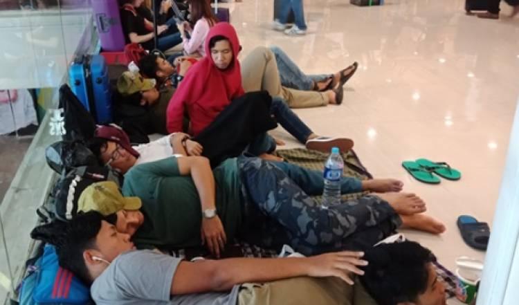 Wisatawan Asing Terpaksa Memilih Nginap di Bandara Ngurah Rai yang Ditutup Sementara