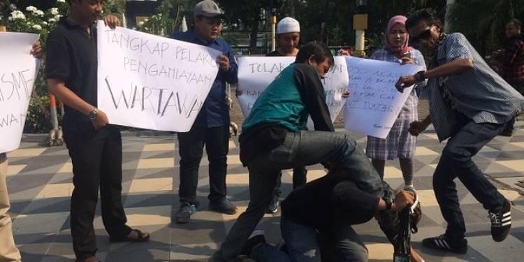 Lewat teatrikal, jurnalis Surabaya kecam aksi kekerasan ke wartawan di Jember