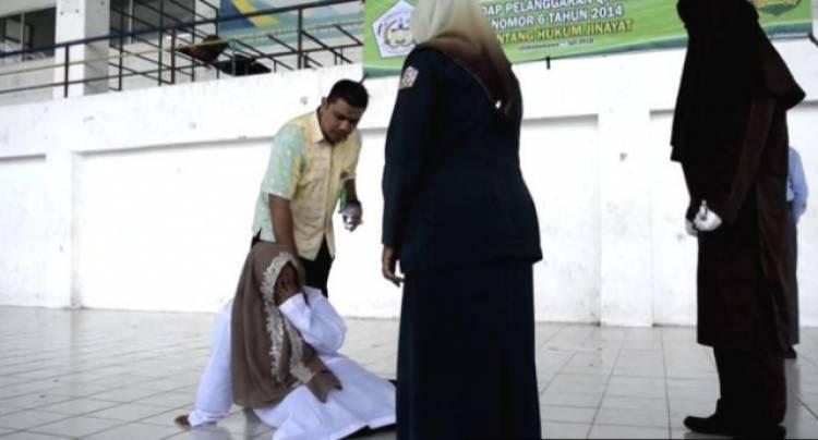 Hukum cambuk prostitusi online di Aceh, seorang terpidana menangis kesakitan