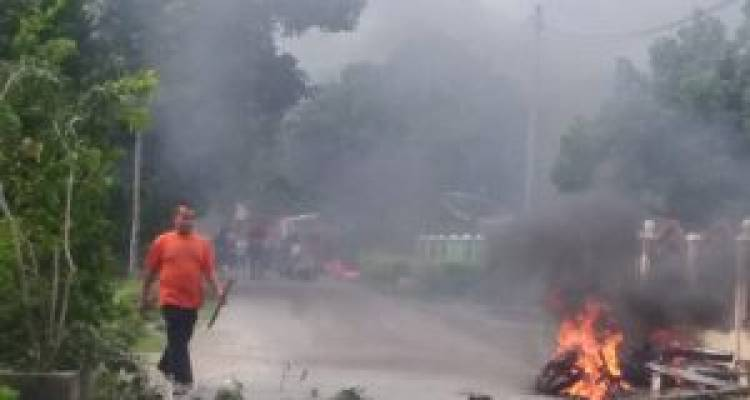 Bentrok di Kerinci Puluhan Rumah di Desa Pentagen Terbakar