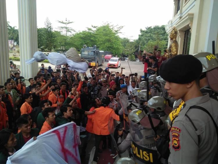 Kembali Pecah, Aksi Ratusan Mahasiswa Jambi Tuntut Jokowi Mundur Bentrok dengan Aparat