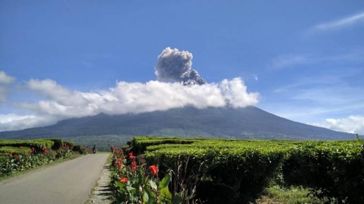 Gunung Kerinci Jambi Semburkan Abu Vulkanik ke Arah Barat