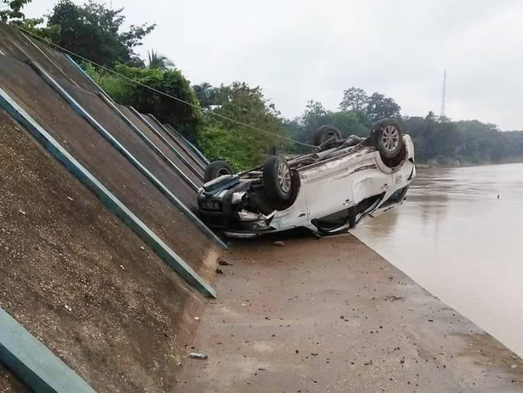 Mobil Terios Terjun ke Turap Nyaris Nyebur ke Sungai Batanghari