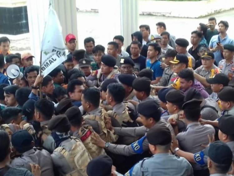 Kritisi Gagalnya Pemerintahan Jokowi, Mahasiswa Jambi Bentrok dengan Polisi