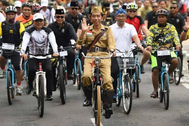 Bergaya Ala Bung Tomo, Jokowi Bersepeda Ontel Keliling Bandung