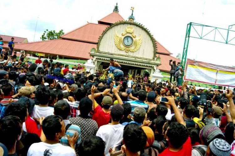 Tradisi Mengakar, Ribuan Warga Berebut Gunungan Grebeg Maulud Yogyakarta