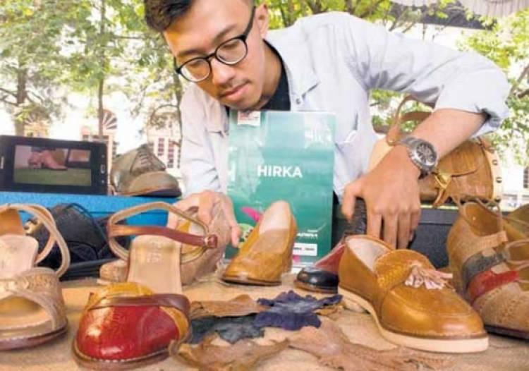 Keren!! Pemuda Bandung Ubah Kulit Ceker Jadi Sepatu