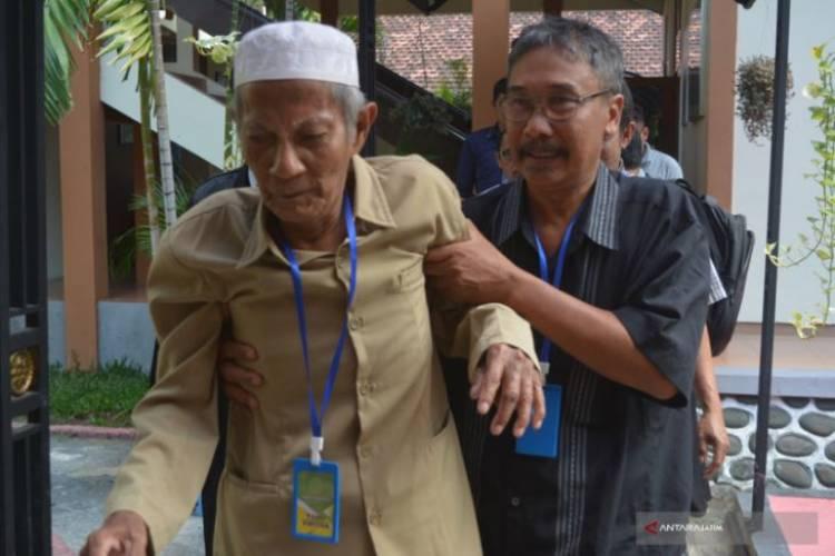Kakek Tua 89 Tahun di Situbondo Disidang