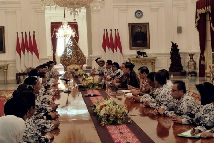 Soal Guru Honorer, Presiden Minta Masukan dari PGRI