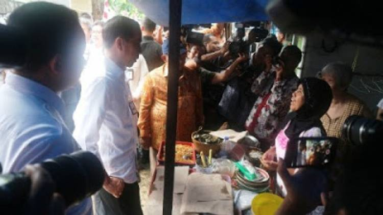 Jokowi Curhat Lagi ke Pedagang Nasi Uduk