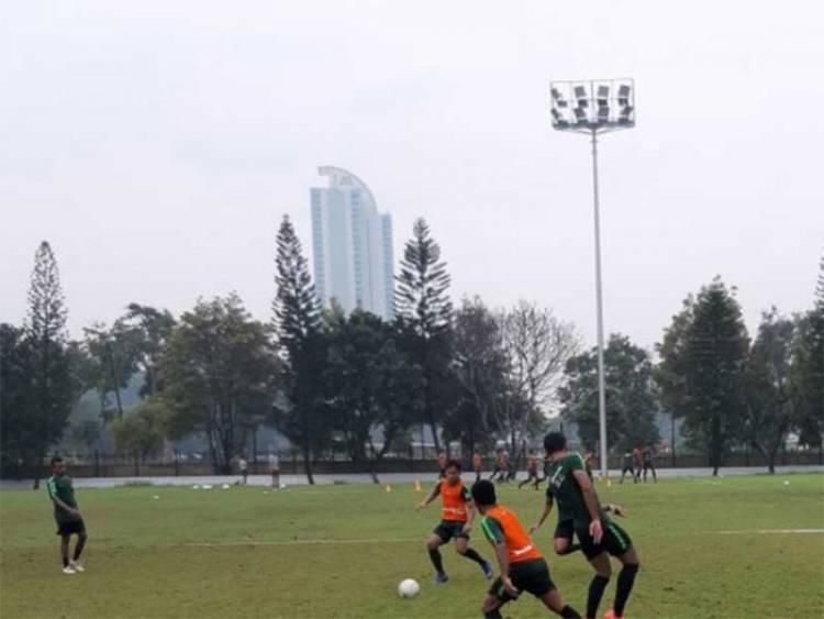 Pelatih Indra Sjafri Mengeluh Rumput Lapangan A GBK Jelek