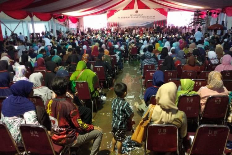 Hujan Deras Tak Surutkan Jokowi Bagi Sertifikat Tanah